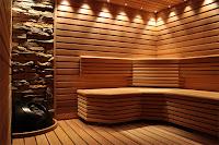 Taş ve ahşabın bir arada kullanarak dekore edildiği bir sauna modeli