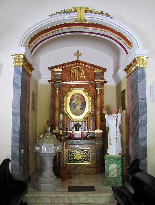 Ołtarz boczny i chrzcielnica w Sanktuarium na Kościelcu.
