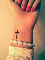 tatuaje pequeño de cruz en la muñeca