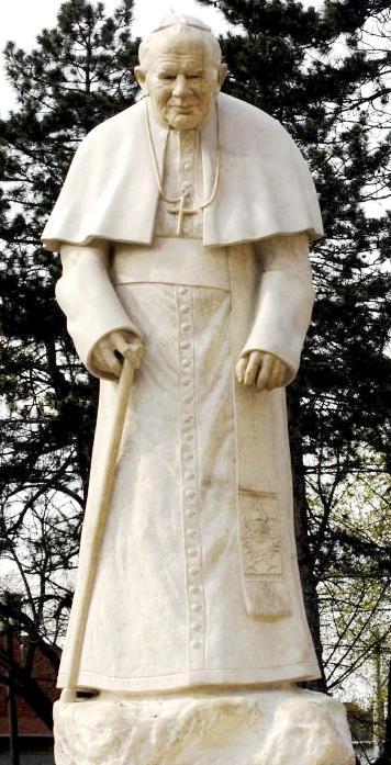 Foto a la estatua de Juan Pablo II