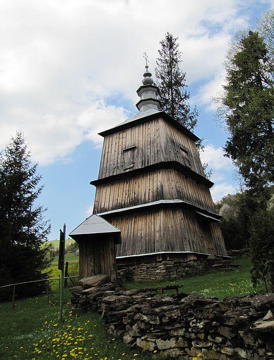Dzwonnica przy cerkwi w Rzepedzi.