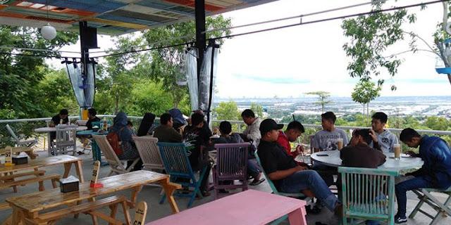 Suasana Cafe Giri Hills