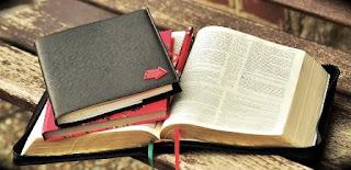 agenda con libro su tavolo di legno