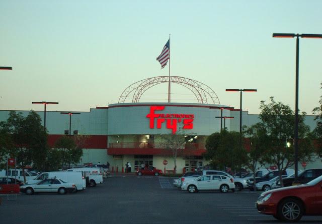 Compra de eletrônicos na Fry's em San Diego