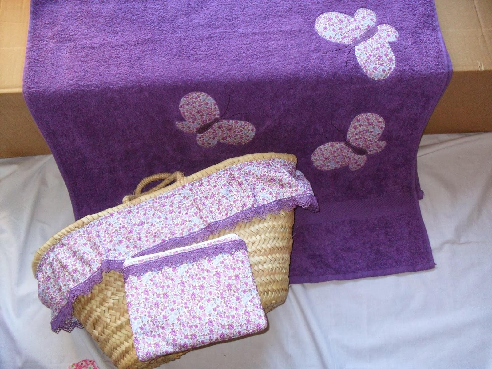 57ebddacb Conjunto de cesta capazo, bolsita neceser, toalla de playa y neceser de  viaje.