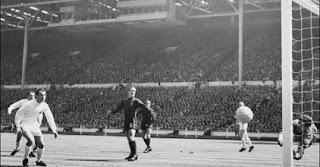 futbol ilk kez ne zaman oynandı, futbol ne demek, futbol tarihi, futbol terimleri, nerede oynandı, futbolun tarihçesi, ilk futbol oynanan yer, futbolun beşiği, futbol, modern futbol, önemli futbol olayları