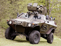 Yeşil bir alandaki Kobra askeri zırhlı aracı