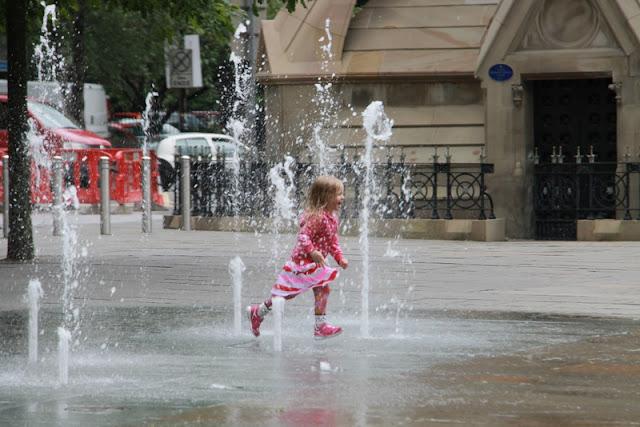 lapsi kastuu belfast suihkulähde