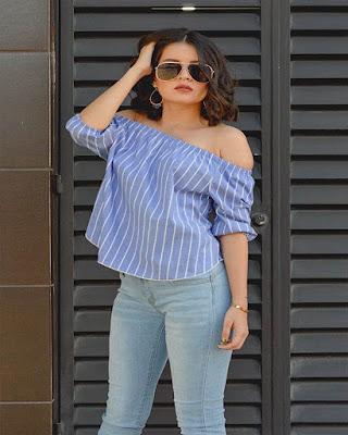 blusa azul con rayas blancas casual de verano