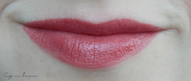essence longlasting lipstick on the catwalk auf den lippen
