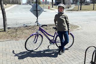 Cycliste, casque, bicyclette mauve, vélo