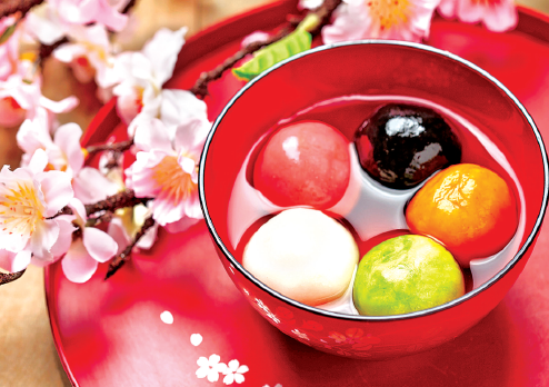 Yuanxiao-sweet sticky balls is the dish of the Lantern Festival while caidengmi-guessing lantern riddles is the game of the day.