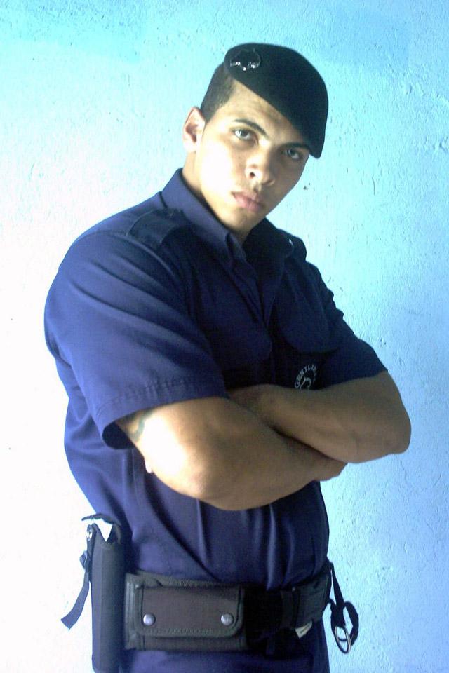 Romário dos Santos Alves trabalhava como segurança antes de começar a injetar óleo no corpo. Foto: Barcroft
