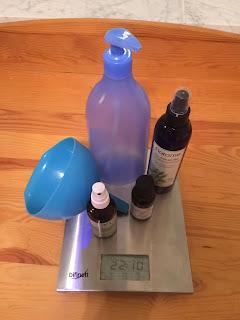 Ingrédients et ustensiles pour l'eau nettoyante pour bébé, DIY