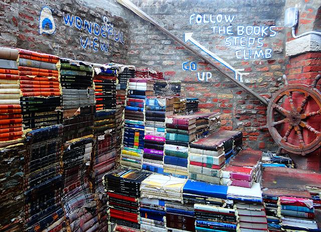 Libreria Alta Acqua. Schody z knih na vyhlídkovou terasu. Benátky