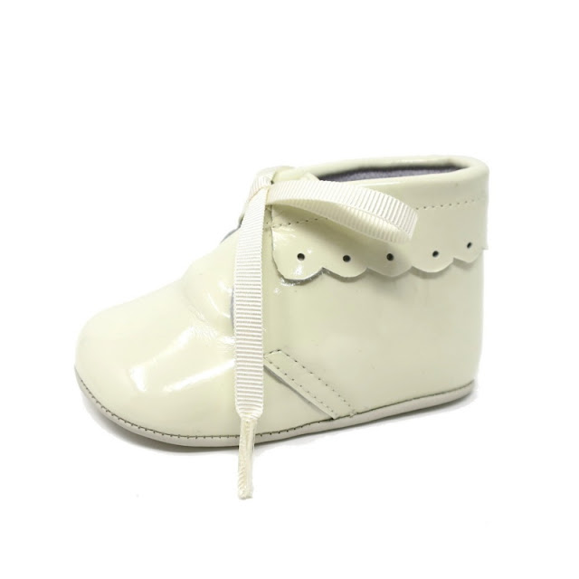 https://www.zapanines.es/zapatos-bebes/4043-botita-charol-porcelana-cordones.html