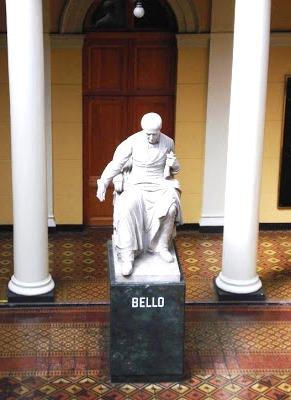 Estatua de Andrés Bello sentado