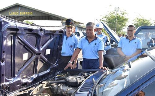 MOBIL DINAS : Danlanud Supadio Danlanud Supadio Marsma TNI Minggit Tribowo. S.IP. yang  didampingi para pejabat di jajaran Lanud Supadio juga memeriksa kesiapa mobil dinas. Foto Kapemtak Danlanud Supadio