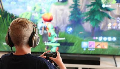playing Fortnite, Fortnite Season 9, play Fortnite, $1000 and free internet to play Fortnite, play Fortnite for 50 hours, Fortnite, game game, video games, video games news, news, games, gaming, epic games, xbox,