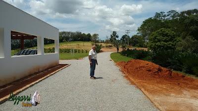 Bizzarri, da Bizzarri Pedras, visitando uma obra em sede da fazenda em Atibaia-SP onde estamos executando as ruas de pedra com o piso de pedrisco com as guias de pedra folheta e o plantio de grama batatais. 09 de novembro de 2016.
