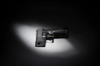 un pistol pe o masa - imagine preluată de pe washingtonpost.com