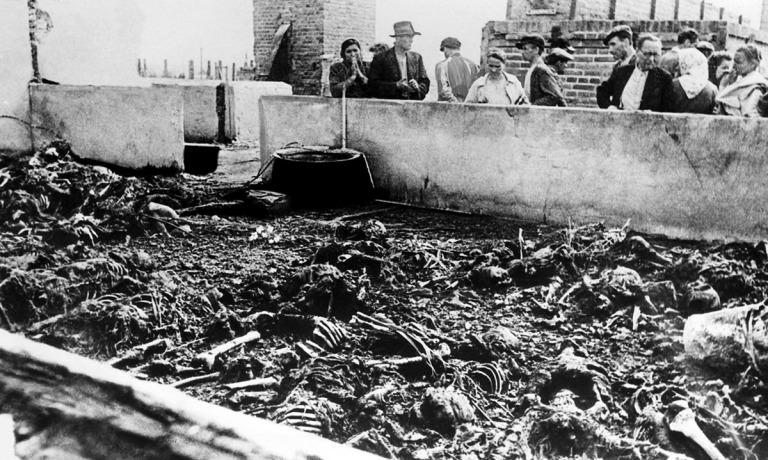 Τα σώματα των κρατουμένων στο στρατόπεδο συγκέντρωσης Μαϊντάνεκ στο Λούμπλιν της Πολωνίας το 1944 κατά τη διάρκεια της ναζιστικής κατοχής της χώρας.Οι Ναζί προσπάθησαν να απαλλαγούν από τα αποδεικτικά στοιχεία της σφαγής, αλλά η κλίμακα των φρικαλεοτήτων το απέτρεψε και σύντομα οι σύμμαχοι το έμαθαν.