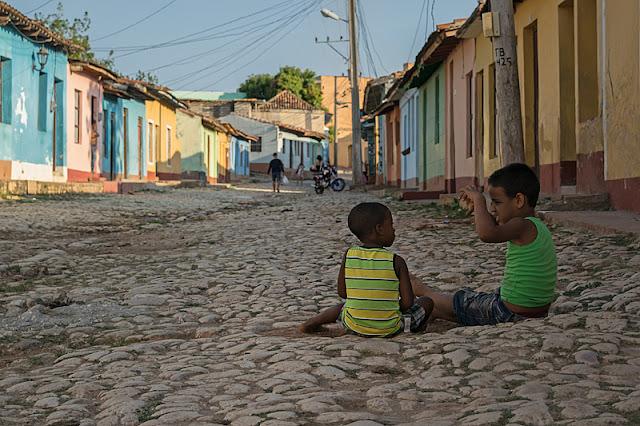 Enfants assis dans une rue de Trinidad (Cuba)