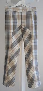 e2edd5041 Escuela de Diseño de Moda Marper  Pantalón de cuadros con corte al bies