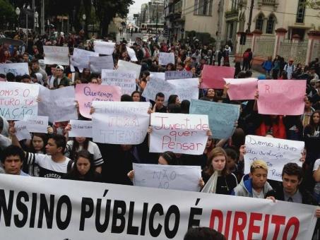 Brasil: Estudiantes toman escuelas en protesta contra reforma