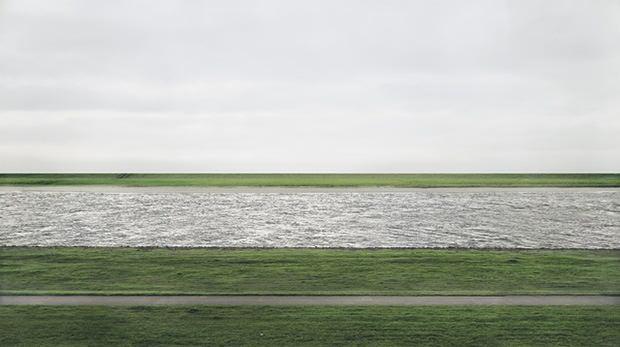 Il fiume Reno fotografato da Andreas Gursky in una delle foto più costose della storia