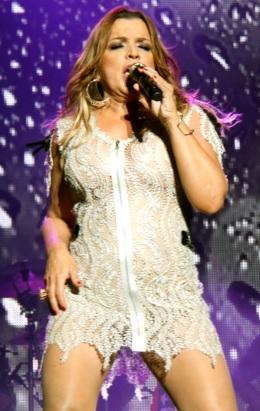 Foto de Ednita Nazario cantando con bello vestido perla
