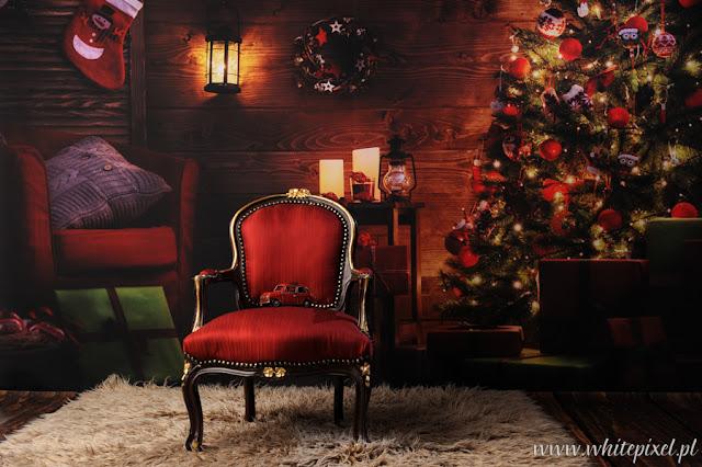 Stylowa ciemna stylizacja z choinką, drewnianą podłogą, stylowym fotelem ludwikiem, do mini sesji w Lublinie