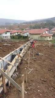 Във този случей оградата е дълга 32 метра висока 0,60см и е широка 0,30см.Разпределена е на отстъпи (0.30см.на 0.30см.)през 2.53м.Идеята на тази бетонна ограда след изливане на бетона и декофрирането и да се поставят готови пана на телена основа със дължина 2.53 и височина 2метра.Това е един пример за евтина ограда.