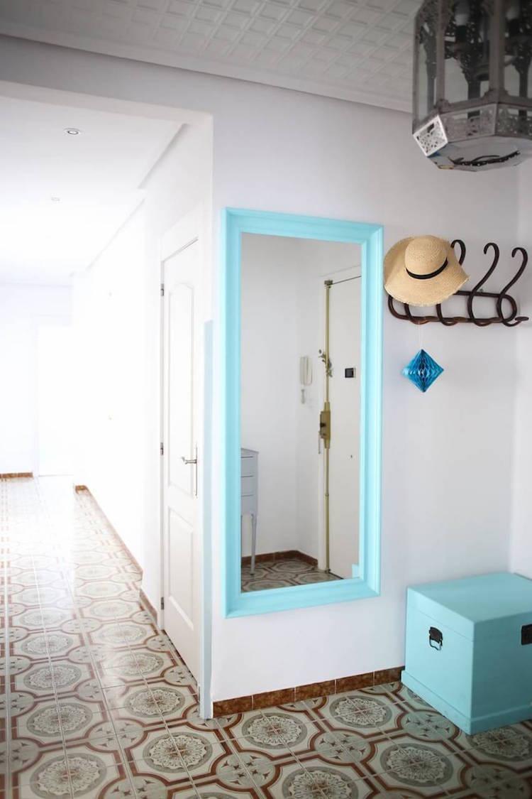 recibidor con gran espejo pintado en azul turquesa