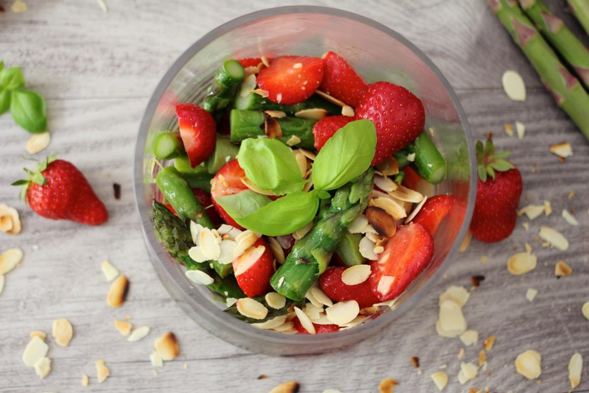 Erdbeeren mit grünem Spargel