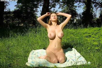 Elvira на солнечной поляне (15 фото 18+)