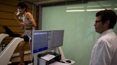 En esta foto se puede ver a Daniel Brotons con Kilian Jornet (entre otros títulos triple campeón del mundo de Skyrunning) en una sesión de pruebas médicas. (SOML)
