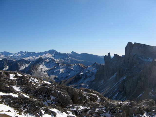 A la derecha, las Agujas de Ansabère y el Petrechema
