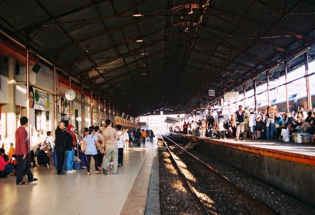 Suasana di antara Peron satu dan dua Stasiun Jatinegara