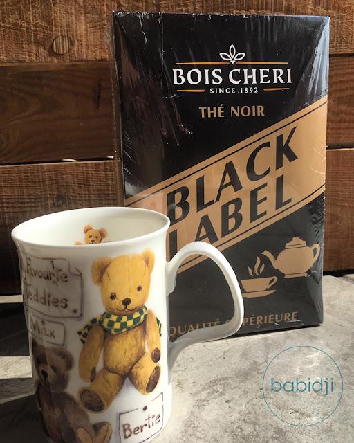 mug motif ours devant un paquet de thé noir black label de la marque Bois Chéri Île Maurice