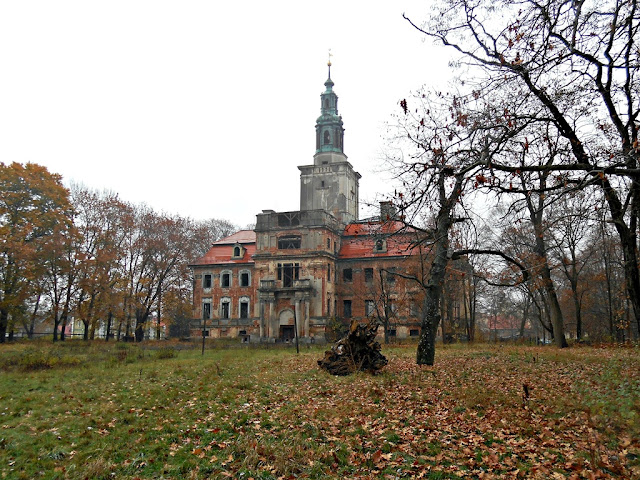Pałac otoczony jest zabytkowym drzewostanem.