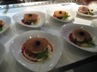Lasagne von Buttermilchmousse mit Orangen-Mandelblättern und Beeren - Koch-Event von Staatl. Fachingen in Köln
