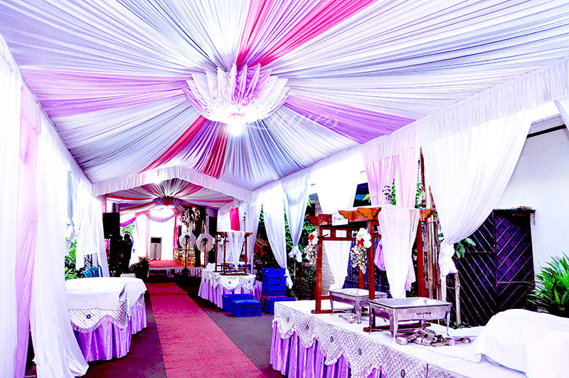 Tenda dekorasi pernikahan VIP tertutup untuk resepsi pernikahan di rumah