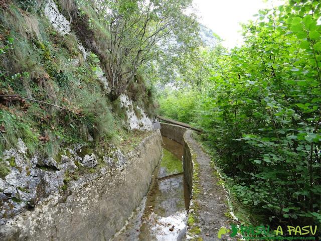 Canal de Reñinuevo: Tramo sobre el muro