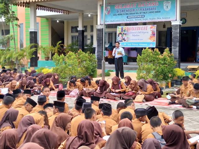 Direktur Utama PT. Inti Prima Aksara (Inprasa), Mustajab Hadi memperkenalkan produk buku literasi