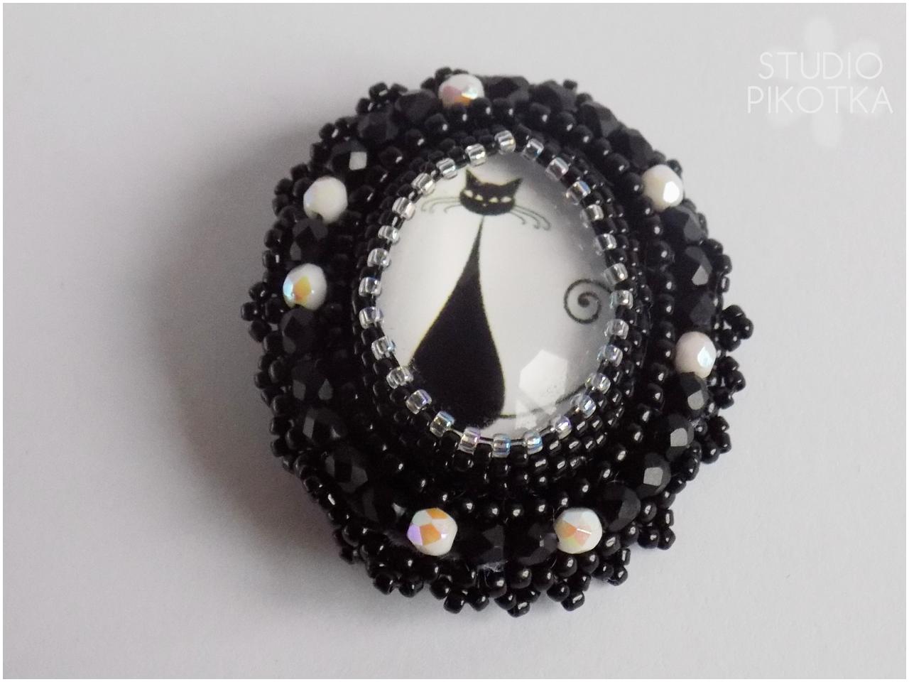 haft koralikowy, kaboszon, broszka, handmade, rękodzieło, biżuteria, koraliki toho, koraliki fire polish, toho round, kot,