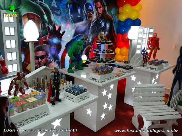 Mesa provençal decorada para aniversário infantil Os Vingadores