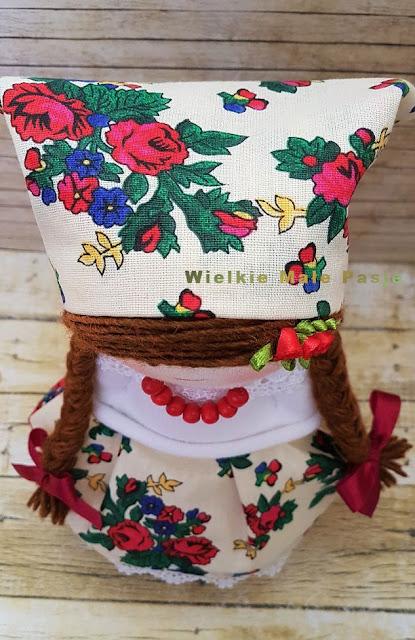 polska sztuka ludowa, ludowa lalka, lalka ręcznie szyta, krakowianka, lalka w stroju krakowskim, strój krakowski, sztuka ludowa, ludowe motywy, lalka w ludowym stroju, skarpetkowa lalka, Polska tradycja, dla mamy, chustka na głowę, lalka tekstylna, zabawki ze skarpetek, lalki szyte ze skarpetek, skarpetkowe pluszaki,Polish folk art, folk doll, hand-sewn doll, krakowianka, doll in a Krakow costume, Cracow costume, folk art, folk motifs, doll in a folk costume, sock doll, Polish tradition, for mother, headscarf, textile doll, toys with socks, dolls sewn from socks, socks stuffed animals, hand sewn dolls,  Arte popular polaco, muñeca popular, muñeca cosida a mano, krakowianka, muñeca con un traje de Cracovia, traje de Cracovia, arte popular, motivos populares, muñeca con un traje popular, muñeca con calcetines, tradición polaca, para la madre, pañuelo, muñeca textil, juguetes calcetines, muñecas cosidas de calcetines, calcetines de peluche, muñecas cosidas a mano,Polnische Volkskunst, Volkspuppe, handgenähte Puppe, Krakowianka, Puppe in einem Krakauer Kostüm, Krakauer Kostüm, Volkskunst, Volksmotive, Puppe in einer Volkstracht, Sockenpuppe, polnische Tradition, für Mutter, Kopftuch, Stoffpuppe, Spielzeug mit Socken, aus Socken genähte Puppen, Socken ausgestopfte Tiere, handgenähte Puppen,Польское народное искусство, народная кукла, кукла-ручная кукла, краковская, кукла в костюме Кракова, костюм Кракова, народное искусство, народные мотивы, кукла в народном костюме, носовая кукла, польская традиция, для матери, платка, текстильная кукла, игрушки с носки, куклы, сшитые из носков, носки чучела животных, ручные швейные куклы,ポーランドの民俗芸術、民族人形、手縫いの人形、クラコウ衣装の人形、クラクフ衣装、民芸品、民族衣装、民族衣装の人形、靴下の人形、ポーランドの伝統、母親、ヘッドスパープ、繊維人形、玩具 靴下、靴下、靴下、靴下、靴下、靴下、