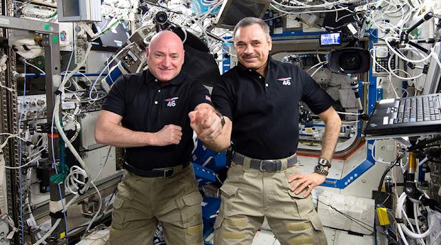 Scott Kelly e Mikhail Kornienko na Estação Espacial Internacional