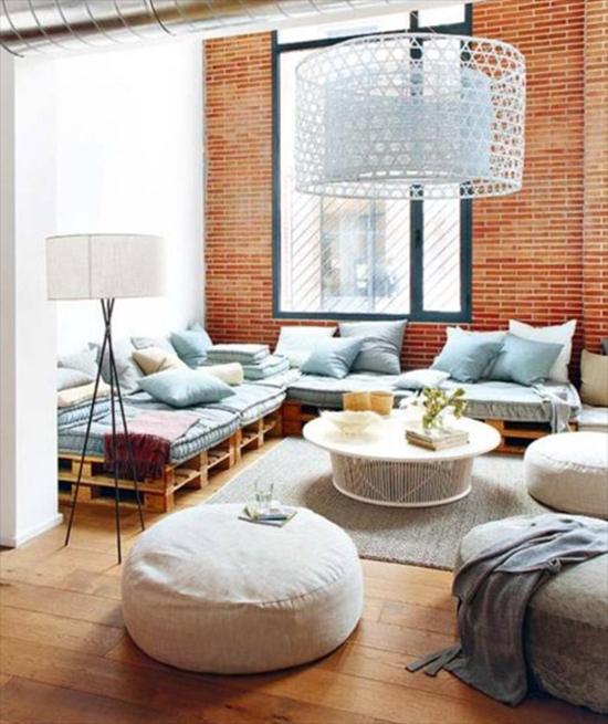 interior ruang keluarga dengan palet bekas kontainer